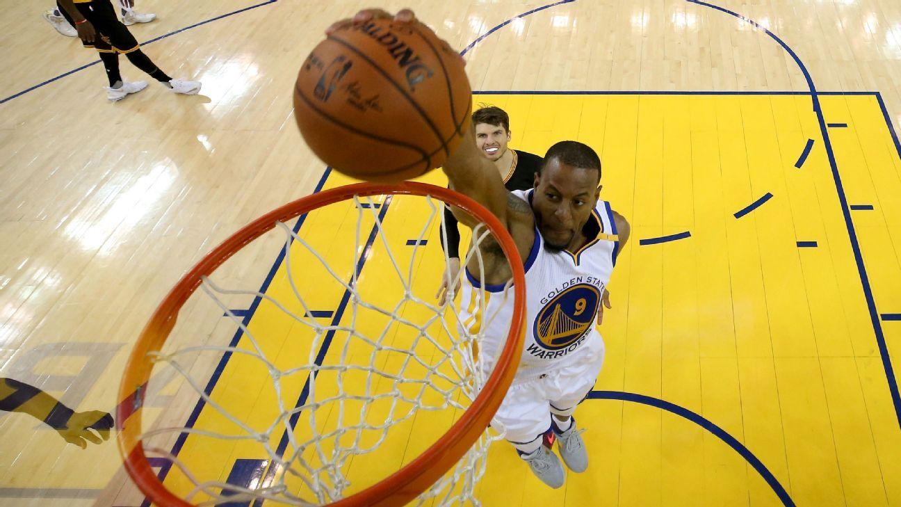 Spurs tem interesse em Iguodala (Ezra Shaw / Getty Images)