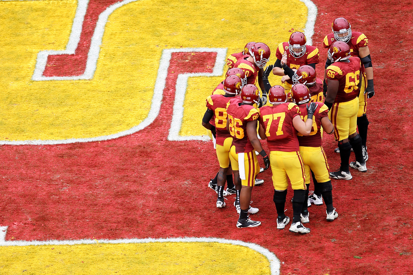 USC offensive huddle