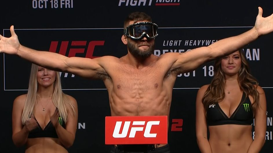 Stephens has fun at weigh-in by putting on goggles - ESPN Video