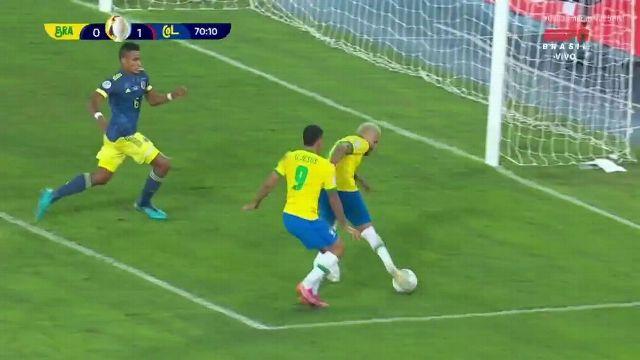 Inacreditável! Firmino mete linda bola, Neymar limpa o goleiro e chuta na trave