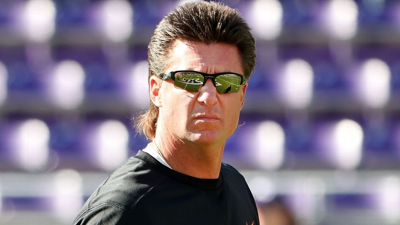 Oklahoma State S Mike Gundy Goes Rattlesnake Hunting Big