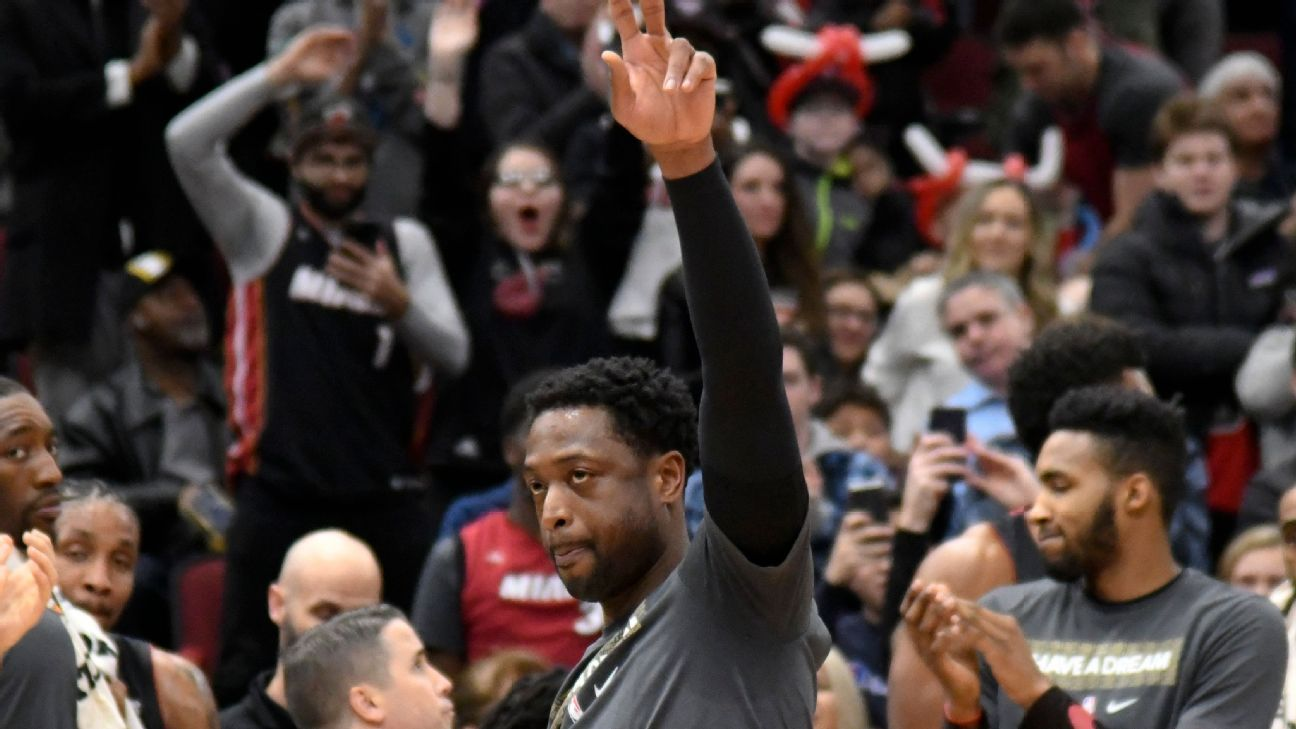 Dwyane Wade gets standing ovation from Bulls fans in Chicago farewell