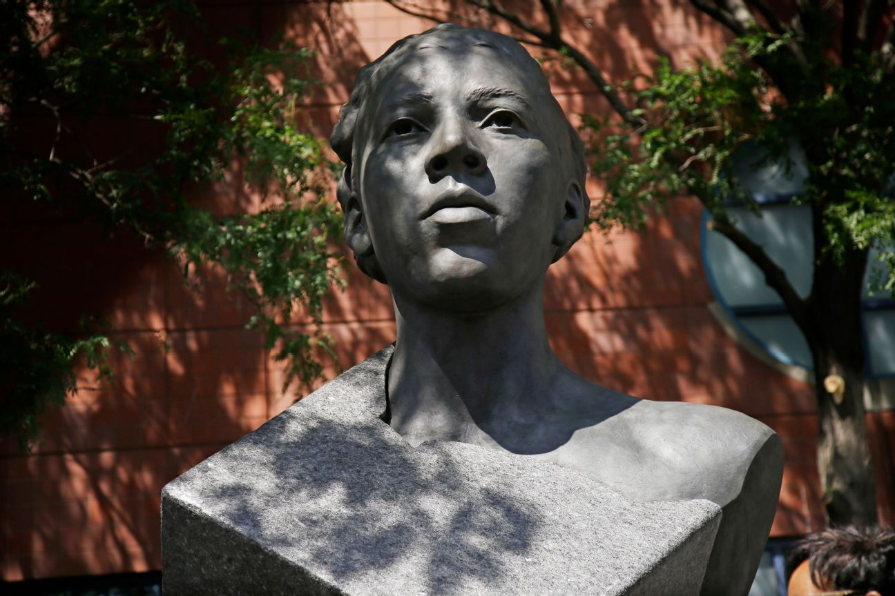 Althea Gibson honored with sculpture at Open
