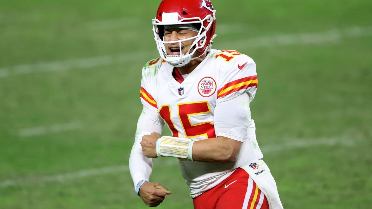 Patrick Mahomes outduels Derek Carr to all but seal AFC West for Kansas City Chiefs – ESPN