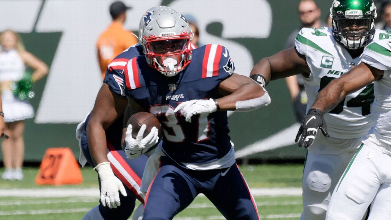 Patriots RB Damien Harris carries four Jets into the end zone on 26-yard TD run
