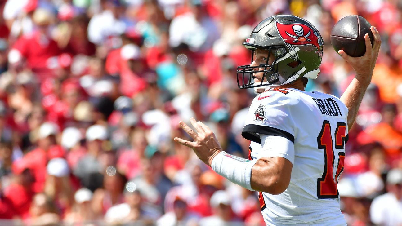 Tampa Bay Buccaneers' Tom Brady plays through right thumb injury, throws for 411 yards, 5 TDs in win
