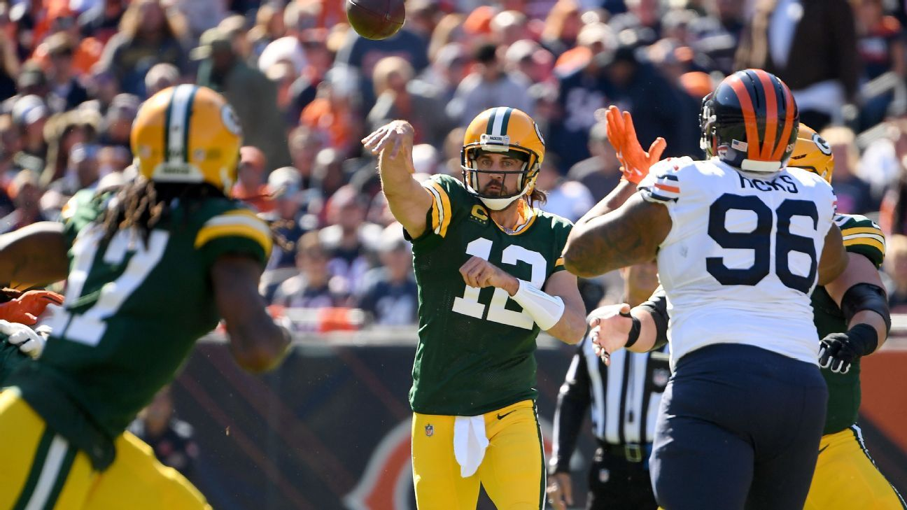 Packers QB Aaron Rodgers taunts jeering Bears fans after game-clinching TD run